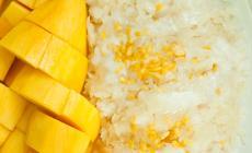 Tajski deser z ryżu, mango i mleczka kokosowego