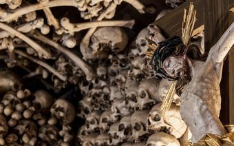 Góry Stołowe. Kaplica czaszek w Czermnej